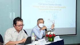 Bác sĩ Trương Hữu Khanh (Bệnh viện Nhi đồng 1) và PGS-TS-BS Trần Ngọc Hữu, nguyên Viện trưởng Viện Pasteur TPHCM chia sẻ tại buổi tọa đàm