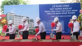 Các đại biểu thực hiện nghi thức khởi công