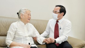 Bí thư Thành ủy TPHCM Nguyễn Văn Nên thăm, chúc mừng thầy thuốc và gia đình thầy thuốc tiêu biểu