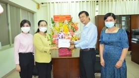 Phó Bí thư Thành ủy, Chủ tịch HĐND TPHCM Nguyễn Thị Lệ thăm, chúc mừng GS-TS-BS Đặng Vạn Phước