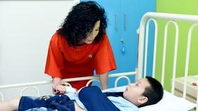 Bà Nguyễn Thị Lệ Thu, Chủ tịch Hội đồng quản lý Quỹ Nâng bước tuổi thơ thăm em nhỏ bị dị tật