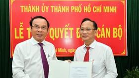 Bí thư Thành ủy TPHCM Nguyễn Văn Nên trao quyết định cho đồng chí Trần Văn Nam. Ảnh:VIỆT DŨNG