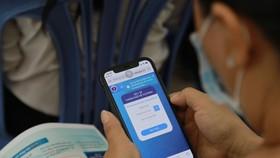 Người dân phường 27, quận Bình Thạnh khai báo dữ liệu và lập hồ sơ sức khoẻ điện tử