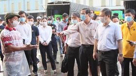 Phó Chủ tịch UBND TPHCM kiểm tra cong tác phòng chống dịch tại chợ đầu mối Bình Điền  Ảnh: HOÀNG HÙNG