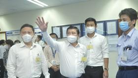 Chủ tịch UBND TPHCM Nguyễn Thành Phong, Phó Chủ tịch UBND TPHCM Dương Anh Đức cùng đoàn công tác kiểm tra việc phòng, chống dịch tại Công ty TNHH Nissei Electric Việt Nam. Ảnh: CAO THĂNG