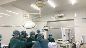Ekip phẫu thuật đang tiến hành khâu vết thương tim cho bệnh nhân