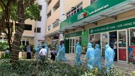 Nhân viên y tế tiến hành điều tra, truy vết khử khuẩn chung cư Sunview Town