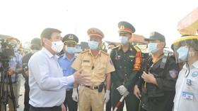 Lãnh đạo TPHCM thăm, động viên lực lượng làm việc tại các chốt phòng chống dịch Covid-19