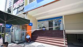 TPHCM ghi nhận thêm 2 trường hợp nghi nhiễm SARS-CoV-2, phong tỏa 2 ngân hàng