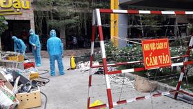 Lực lượng chức năng phong tỏa một hẻm tại phường Tân Chánh Hiệp Ảnh: HCDC
