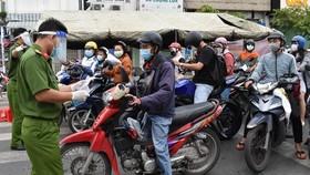 Kiểm soát người dân ra vào quận Gò Vấp tại chốt Phan Văn Trị - Phạm Văn Đồng