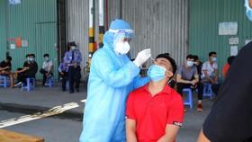Nhân viên y tế lấy mẫu xét nghiệm cho người dân