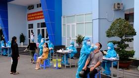 Nhân viên y tế lấy mẫu xét nghiệm SARS-CoV-2 cho cán bộ, công chức, người lao động cư trú tại quận Gò Vấp