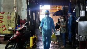 Nhân viên y tế phun khử khuẩn con một hẻm trên địa bàn quận 1