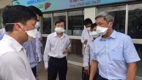 Thứ trưởng Bộ Y tế Nguyễn Trường Sơn làm việc tại Bệnh viện Bệnh Nhiệt đới TPHCM