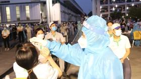 Nhân viên y tế lấy mẫu xét nghiệm cho công nhân Công ty Nidec vào đêm 2-7