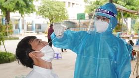 Nhân viên y tế lấy mẫu xét nghiệm SARS-CoV-2 cho người dân