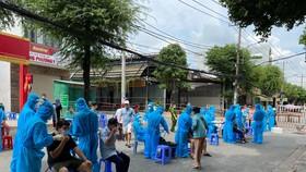 Nhân viên y tế lấy mẫu xét nghiệm cho người dân quận Bình Tân