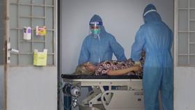 Nhân viên y tế chăm sóc và điều trị cho bệnh nhân tại Bệnh viện dã chiến thu dung và điều trị Covid-19 số 4 Ảnh: HOÀNG HÙNG
