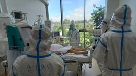 Nhân viên y tế chăm sóc cho bệnh nhân tại Bệnh viện Hồi sức Covid-19