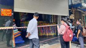 Nhân viên y tế giám sát đột xuất việc người dân thực hiện cách ly y tế tại nhà trên địa bàn quận 5. Ảnh: HCDC
