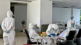 Các nhân viên y tế đang làm việc tại Bệnh viện dã chiến số 3