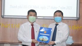 Phó Chủ tịch UBND TPHCM Dương Anh Đức trao Quyết định công nhận Hiệu trưởng Trường Đại học Y khoa Phạm Ngọc Thạch