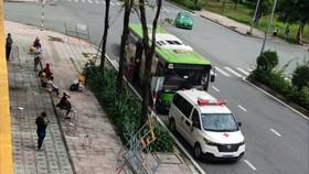 Bệnh nhân kết thúc thời gian điều trị chuẩn bị lên xe về nhà