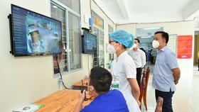 Theo dõi, điều trị bệnh nhân tại Bệnh viện dã chiến điều trị bệnh nhân Covid-19 tại quận Phú Nhuận. Ảnh: VIỆT DŨNG