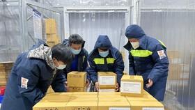 Nhân viên VNVC vận chuyển vaccine vào bảo quản