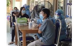 """TPHCM: Gần 93.000 người được tiêm vaccine trong ngày, trao nhiều """"túi thuốc cùng F0 chiến thắng Covid-19"""""""