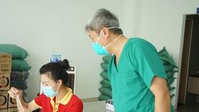 Thứ trưởng Bộ Y tế Nguyễn Trường Sơn hướng dẫn người dân tự lấy mẫu xét nghiệm