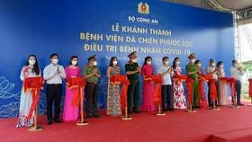 Các đại biểu cắt băng khánh thành Bệnh viện Dã chiến Phước Lộc điều trị bệnh nhân Covid-19