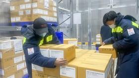 Nhân viên vận chuyển vaccine bảo quản ở kho lạnh đạt tiêu chuẩn