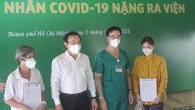 7 bệnh nhân đầu tiên của Trung tâm Hồi sức tích cực Covid-19 Bệnh viện Bạch Mai được xuất viện