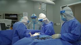 Các bác sĩ đang mổ cấp cứu cho bệnh nhân