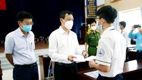 TS.BS Nguyễn Tri Thức trao tặng học bổng cho một em học sinh không may có người thân mất vì Covid-19