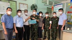 Thứ trưởng Bộ Y tế Nguyễn Trường Sơn cùng Đoàn công tác trao quà cho các lực lượng tuyến đầu.