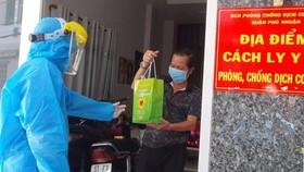 Trao túi thuốc đến tận tay F0 đang điều trị tại nhà ở quận Phú Nhuận