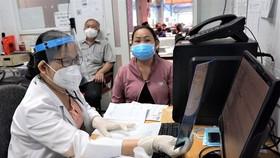 Người dân khám chữa bệnh tại Bệnh viện quận 7