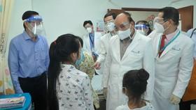 Chủ tịch nước Nguyễn Xuân Phúc thăm hỏi, tặng quà bệnh nhi tại Bệnh viện Nhi đồng Thành phố. Ảnh: CAO THĂNG