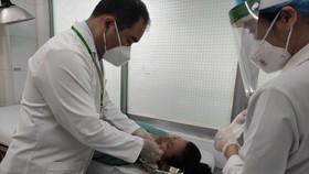Các bác sĩ đang tiến hành tiểu phẫu cho bệnh nhân