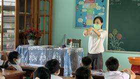 Giáo viên hướng dẫn trẻ vệ sinh tay