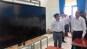 Ông Lê Thanh Liêm khảo sát phòng nghe - nhìn của trường THPT Cần Thạnh
