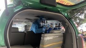 Nhân viên y tế đang lắp bình oxy trên xe taxi Mai Linh
