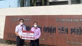 Agribank chi nhánh Tân Phú trao tặng 500 triệu đồng cho Bệnh viện quận Tân Phú chống dịch Covid-19