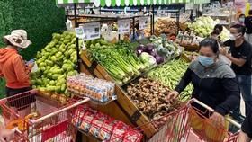 Người dân mua sắm tại siêu thị trước giờ giãn cách. Ảnh: HOÀNG HÙNG