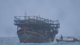 Lai dắt tàu cá gặp nạn về đảo Lý Sơn
