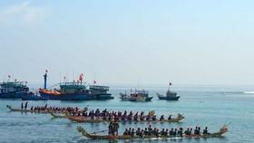 Tứ linh đua thuyền khai hội Lý Sơn