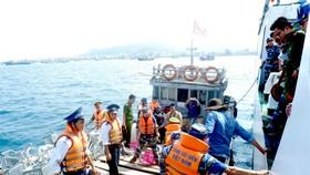 Cảnh sát biển đưa xe đạp ra đảo